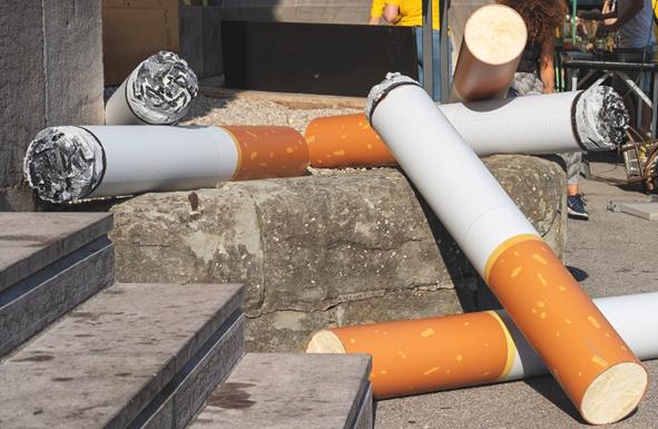 Mégots de cigarette géants et action de nettoyage